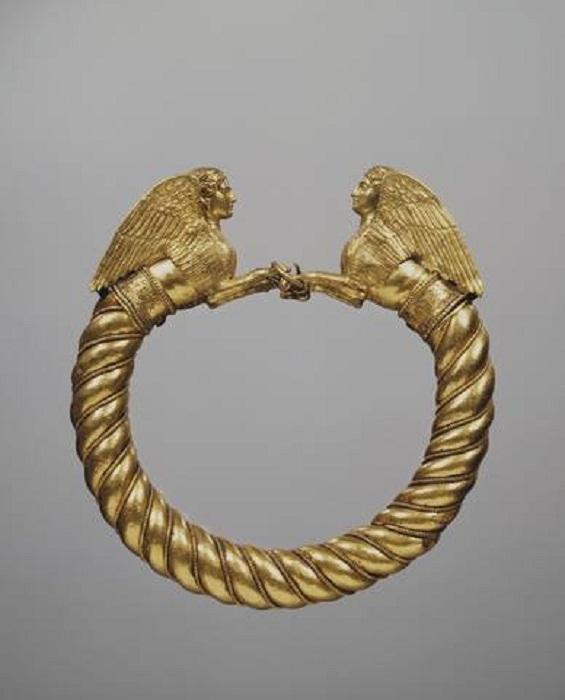 Браслет с протомами (передняя часть фигуры) сфинксов (первая пол. IV в. до н.э., золото, эмаль, бронза)